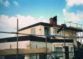 Flat roof and scaffold